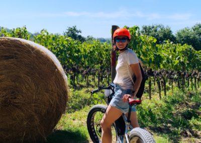 cinema tour e val dorcia urban bikery ragazza fieno